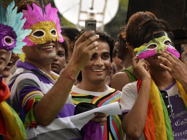 Gays e simpatizantes celebram  o aniversário da descriminalização do homossexualismo na índia em Nova Délhi neste sábado (2) (Foto: AP)