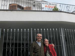 Casal vive há 46 anos em local em que projeto prevê desapropriação (Foto: Caroline Hasselmann/ G1)