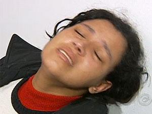Mãe suspeita de forjar doença na filha chorou durante depoimento na delegacia e negou ter torturado a filha (Foto: Reprodução/TV Tem)