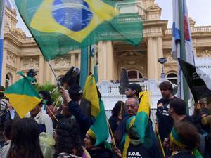 Com bandeira,s professores da rede estadual em greve protestam em frente ao Palácio Guanabara. (Foto: LIlian Quaino/G1)