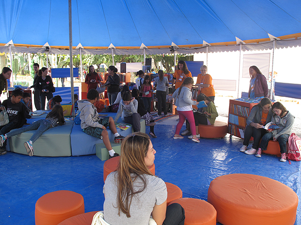 Crianças conferem a biblioteca da Flipinha nesta quarta-feira (6) (Foto: Henrique Porto/G1)