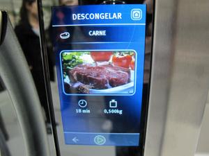 Linha i-Kitchen conta com painel LCD touchscreen e receitas (Foto: Gabriel dos Anjos/G1)
