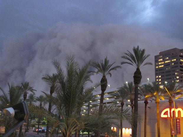 O fenômeno acabou provocando queda de energia em vários bairros. Segundo a imprensa dos Estados Unidos, o paredão de poeira chegou a 80 km de extensão. (Foto: AP)