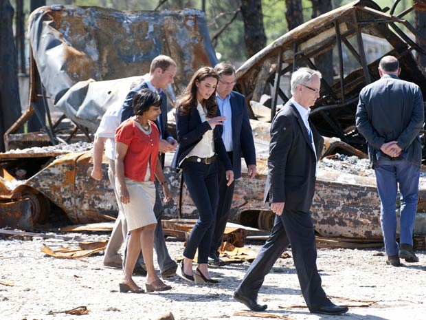 O príncipe William e a duquesa de Cambridge, Kate Middleton, durante visita à cidade canadense de Slave Lake, devastada por incêndio (Foto: Mark Large / Reuters)