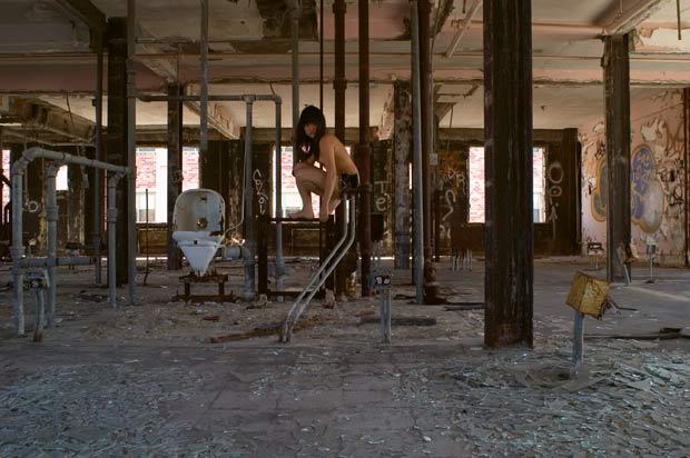 Miru Kim posa em um prédio onde ficava um asilo em Coney Island, em Nova York. (Foto: Miru Kim/Barcroft USA/Getty Images)