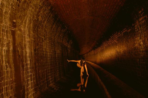 Artista posa nua em antigo aqueduto no Bronx, em Nova York. (Foto: Miru Kim/Barcroft USA/Getty Images)