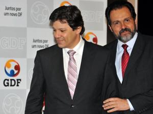 Fernando Haddad e Agnelo Queiroz em cerimônia de assinatura de convênio para erradicar analfabetismo no DF (Foto: Agência Brasil)