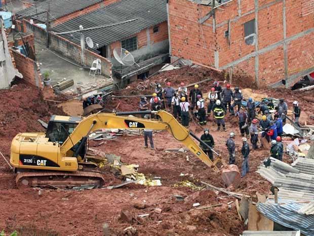 Equipes de busca tentam localizar vítimas de deslizamento na Zona Sul (Foto: Epitácio Pessoa/ AE)