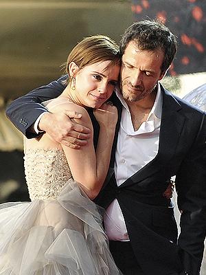 Emma Watson chora nos ombros do produtor David Heyman (Foto: Reuters)