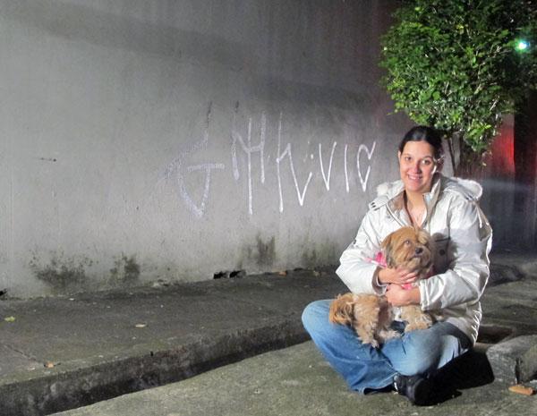 A estudante Érica de Oliveira volta ao local onde a cadela Nina encontrou uma recém-nascida dentro de um saco plástico (Foto: Claudia Silveira/G1)