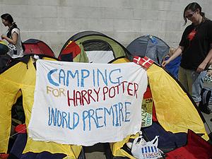 Fãs acampam na Trafalgar Square (Foto: Reuters)