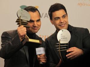 Zezé Di Camargo & Luciano com o prêmio da 22ª edição em mãos. (Foto: Gil Ferreira)