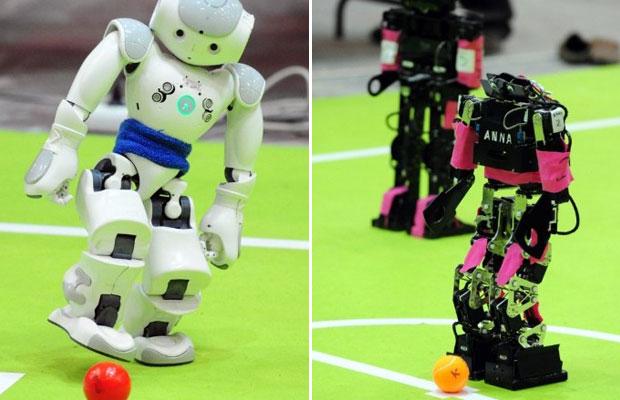 Times de todo o mundo levaram suas criações para a competição, que chega a sua 14º edição. O evento foi organizado com o objetivo de criar, até 2050, um time de robôs humanoides capaz de derrotar jogadores humanos. (Foto: Mustafa Ozer/AFP)