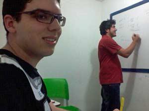 Raimundo Machado,  de 18 anos, em aula de reforço escolar (Foto: André Teixeira/G1)