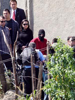 Uma das vítimas atingidas na operação participa da reconstituição (Foto: MARCOS DE PAULA/AGÊNCIA ESTADO/AE)
