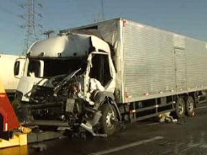 Caminhão envolvido em colisão na Dutra nesta sexta-feira (Foto: Reprodução/TV Vanguarda)