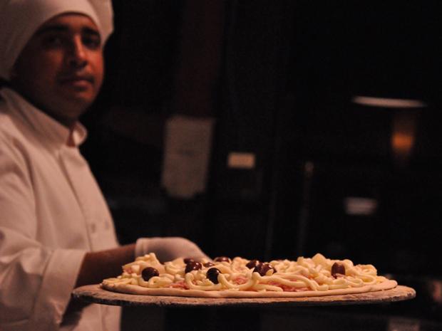 Chef exibe pizza 'paulista' (Foto: Fabiano Correia/G1)