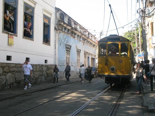 Público chega de bonde para prestigiar a 21ª edição do Arte Portas Abertas em Santa Teresa (Foto: Alba Valéria Mendonça/G1)