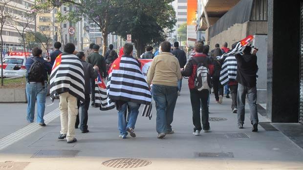 Como o grupo era pequeno, marcha foi realizada na calçada. (Foto: André Luís Nery/G1)
