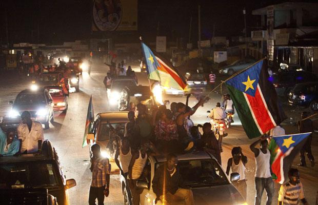 Pessoas vão às ruas para celebrar a independência do novo país (Foto: Andrew Burton/AP)