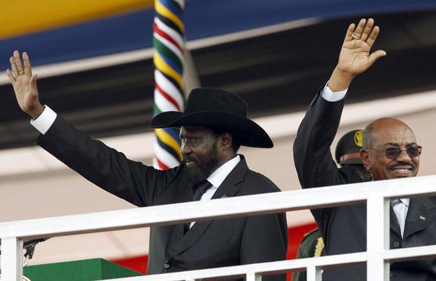 Salva Kiir (esquerda), ao lado do presidente do Sudão, Omar Hassan al-Bashir, acenam para população durante celebração em Juba (Foto: Goran Tomasevic/Reuters)