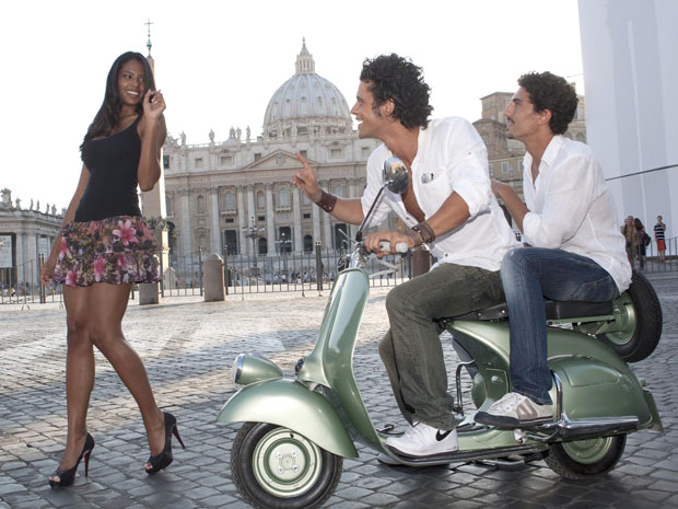 Atores italianos participam de sessão de fotos com Silvia em Roma, em frente à Basílica de São Pedro (Foto: AP/Miss Italy in the World)