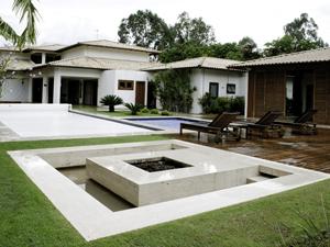 Imóvel recém-vendido pelo valor de R$ 4 milhões, no Setor de Mansões Dom Bosco, tem cinco suítes e quatro salas. Na área de lazer, hidromassagem, playground, churrasqueira, piscina, salão de festa e sauna. (Foto: Divulgação/ Ação Dall'Oca)