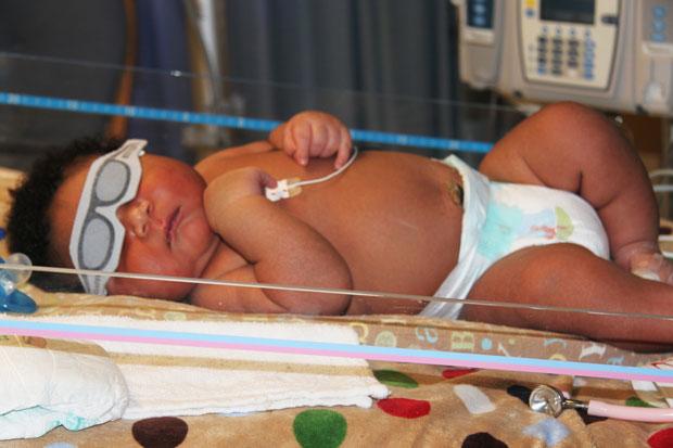 Foto divulgada nesta segunda (11) mostra o bebê JaMichael Brown na unidade neonatal do Centro Médico Good Shepherd (Bom Pastor), em Longview, no estado americano do Texas. Na sexta (8), Janet Johnson deu à luz a criança, que pesa cerca de 7,3 kg e foi descrita pelos médicos como um dos maiores recém-nascidos que eles já viram. JaMichael é o quarto filho de Janet Johnson. (Foto: AP/Good Shepherd Medical Center)