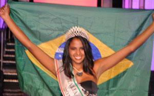 A baiana mostra a bandeira do Brasil após vitória em concurso na Itália (Foto: Divulgação)