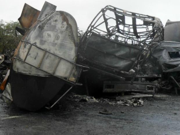 Acidente envolveu caminhão tanque que levava combustível, outro caminhão, uma van e um ônibus (Foto: TV Verdes Mares/Alana Araújo)