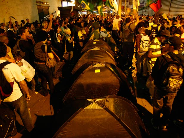 Professores em greve montam barracas em frente à Secretaria de Educação, no Centro do Rio (Foto: Pablo Jacob/Agência O Globo)