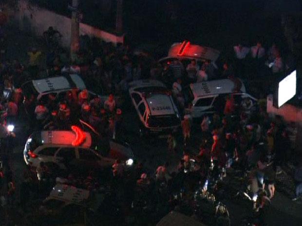 Pessoas revoltadas com morte de menina vão a distrito policial (Foto: Reprodução/TV Globo)
