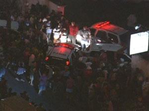 Moradores em frente à delegacia para onde foi levado suspeito  (Foto: Reprodução/TV Globo)