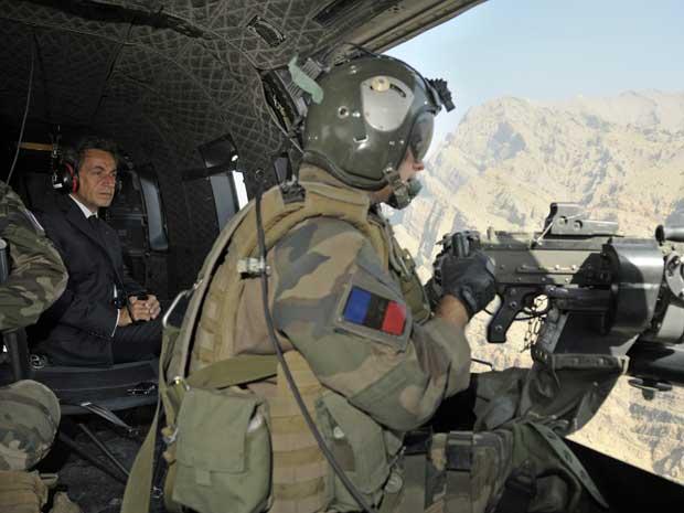 Presidente da França, Nicolas Sarkozy, usa um helicóptero para visitar, de surpresa, as tropas francesas no Afeganistão. (Foto: Philippe Wojazer / Reuters)