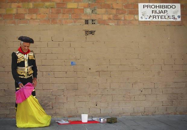 Cartaz destaca que é proibido pendurar cartazes. (Foto: Alvaro Barrientos/AP)