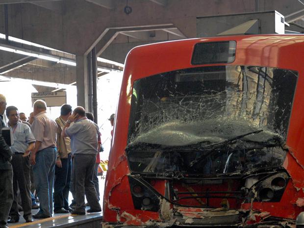 Trem fica destruído após colisão (Foto: Keren Chernizon/Futura Press)