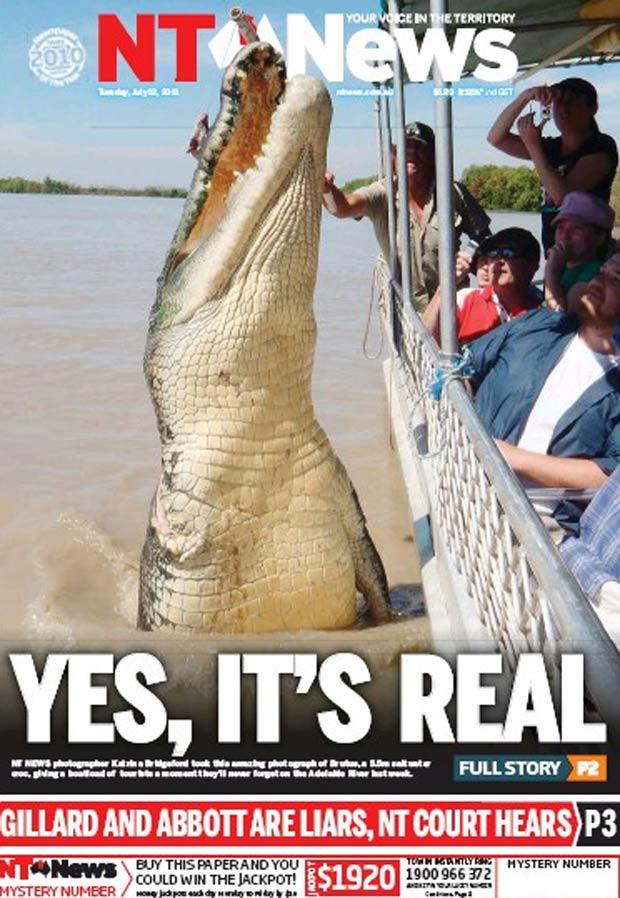 Crocodilo ficou quase da altura do barco. (Foto: Reprodução/NT News)