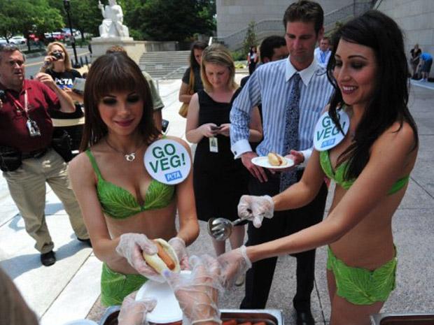 Elas fizeram campanha a favor de produtor alternativos à carne, como o 'hot dog' vegetariano (Foto: AFP)