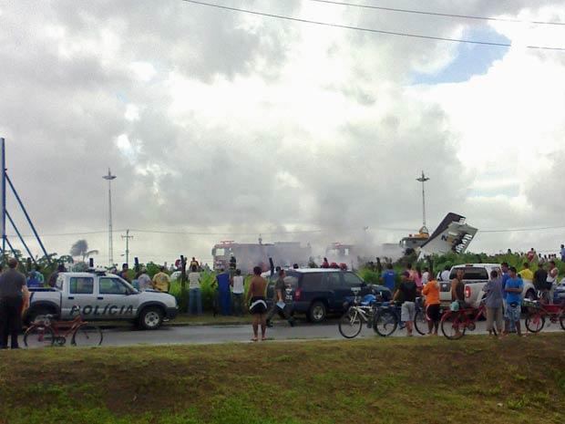Avião caiu em terreno baldio no Recife (Foto: Rodrigo Siqueira do Nascimento/VC no G1)