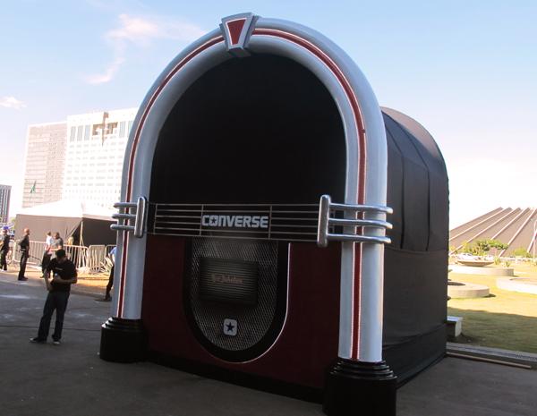 Jukebox gigantes foi montada na área central de Brasília em homenagem ao Dia do Rock (Foto: G1)