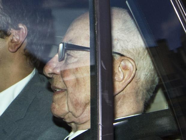 O magnata da mídia Rupert Murdoch deixa sua residência em Londres, de carro, nesta quinta-feira (14) (Foto: AP)
