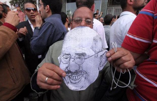 Apoiador de ElBaradei segura caricatura durante a visita do Nobel da Paz à cidade de Mansura, em abril de 2010 (Foto: Victoria Hazou/AFP)