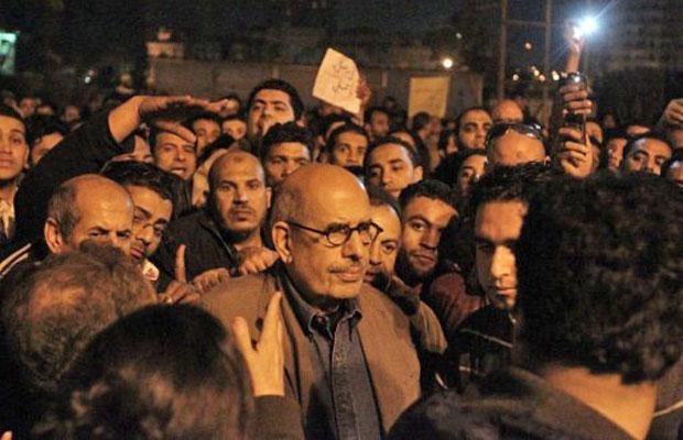 ElBaradei durante os protestos na famosa praça Tahrir, em 30 de janeiro (Foto: Khaled Desouki/AFP)