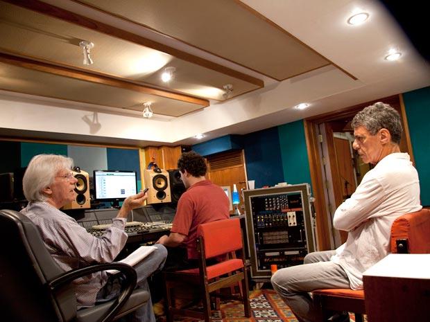 O maestro Luiz Claudio Ramos (à esq.) conversa com Chico Buarque durante no estúdio durante a gravação do novo disco do cantor (Foto: Mario Canivello/Divulgação)