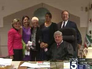 Uma funcionária de um cartório da Califórnia encontrou certidão de nascimento da mulher e reuniu a família 40 anos depois (Foto: KTLA News)