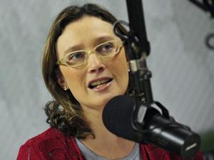 A ministra da Secretaria de Direitos Humanos, Maria do Rosário, participa de programa de rádio (Foto: Marcello Casal Jr/Agência Brasil)