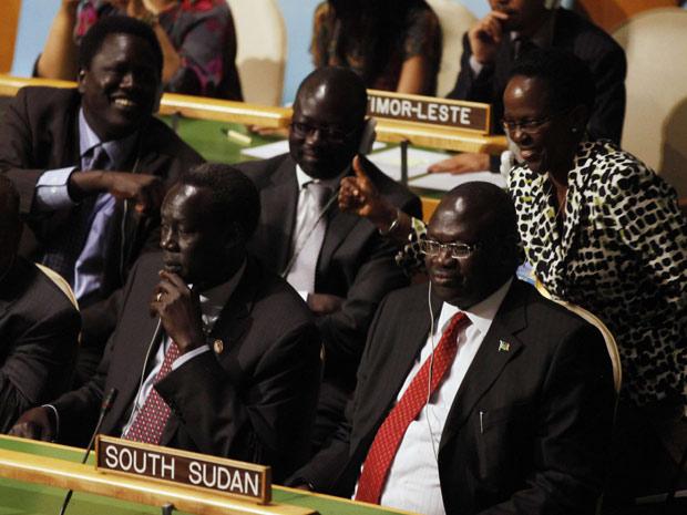 O vice-presidente do Sudão do Sul, Riek Machar (dir), sorri ao ouvir resultado da votação durante assembleia na ONU (Foto: Shannon Stapleton / Reuters)