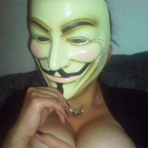 Fã do grupo Anonymous usa máscara do filme V de Vingança (Foto: Reprodução)