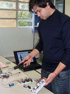 Carlos Solon Guimarães criou o protótipo da bengala eletrônica para seu trabalho de conclusão de curso (Foto: Divulgação)