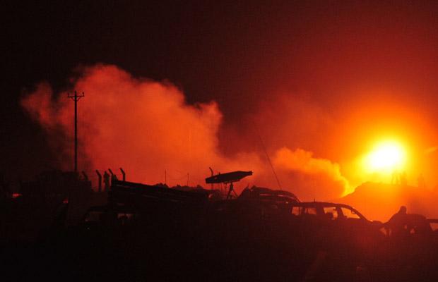 Explosão durante confronto entre tropas rebeldes e forças leais ao governo nesta quinta-feira (14) na cidade líbia de Ajdabiyah (Foto: AP)